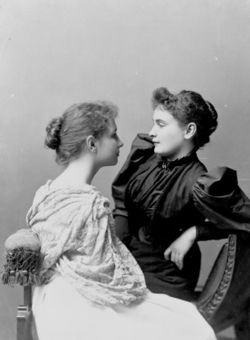 Anne_sullivan_seated_with_helen_keller_lg