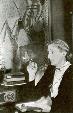 Virginia Woolf smoking and reading